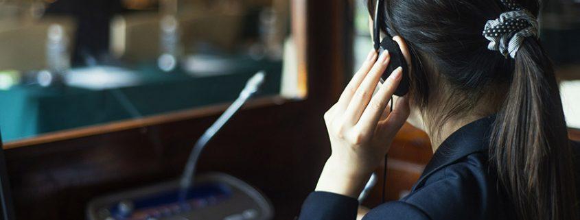 simultaneous interpreter in booth 845x321 - ترجمه و یا تفسیر همزمان به چه معنی است ؟