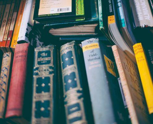 books 495x400 - ۱۰ اشتباه ترجمه متداول که باید از آن ها اجتناب کنید